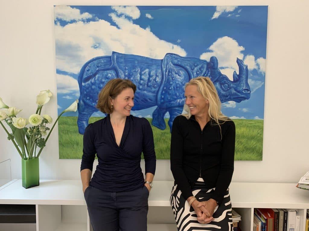 Foto von Felicias Höhn von Design Liebling Brandenburg und UVA-Gründerin Andrea Vock  (v.l.) vor blauem Rhinozeros (UVA)