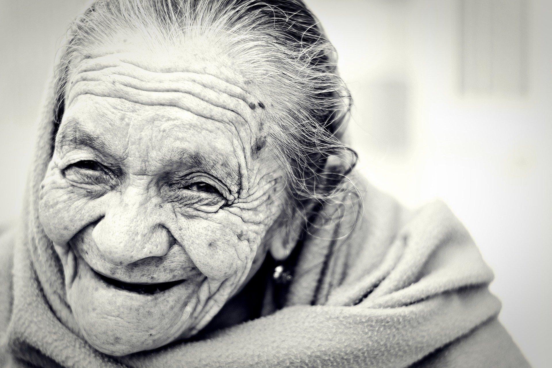 eine alte Frau lächelt